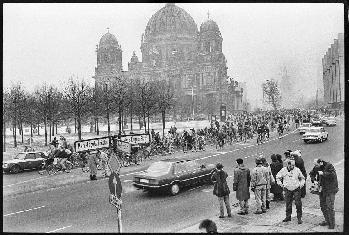 Nr12-16_Marx-Engels-Platz-07.1.1990