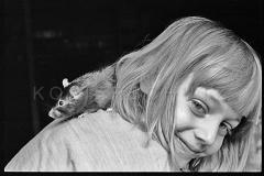 Nr06-024_Elisabeth-mit-Ratte-1993